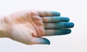 Tangan terkena tinta biru